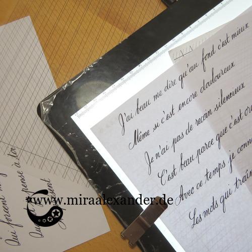 Beispiel einer Kalligrafievorlage zum Download (s. unten), ausgedruckt auf Overhead-Folien (links im Bild) und auf Papier (rechts im Bild), zur Benutzung mit einem Leuchttisch.